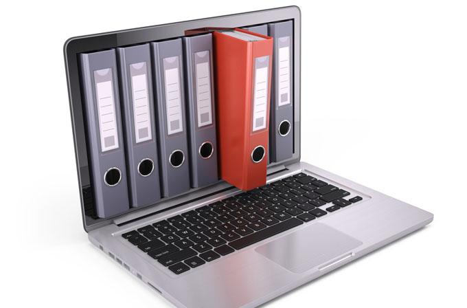 laptop mit Aktenordnern