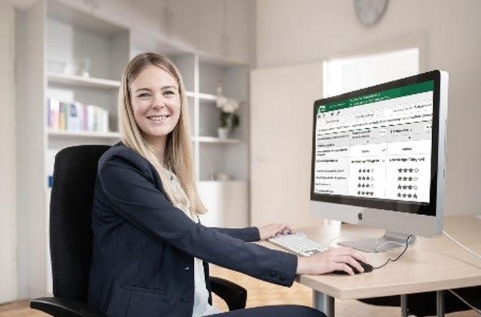 Frau vor Computer auf dem Bildschirm Stellenbewertungsportal Kasaia