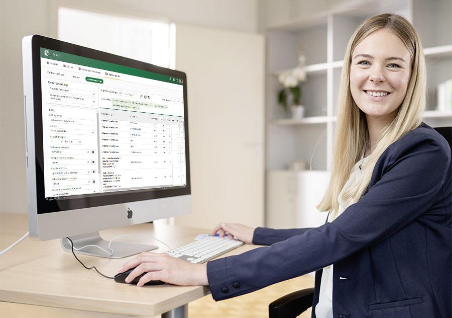 Frau vor PC Bildschirm